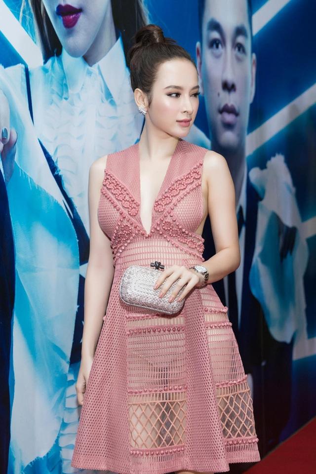 Mặc chiếc váy siêu gợi cảm của thương hiệu Burberry đến dự một sự kiện thời trang, Angela Phương Trinh thu hút mọi ánh nhìn bởi gu ăn vận nóng bỏng, táo bạo hết cỡ.