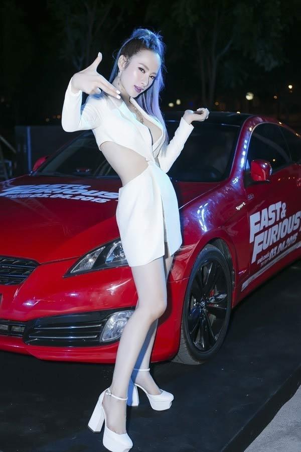 Nhưng với bộ đầm cắt khoét gợi cảm này thì độ sexy của Angela Phương Trinh lại được nâng level.