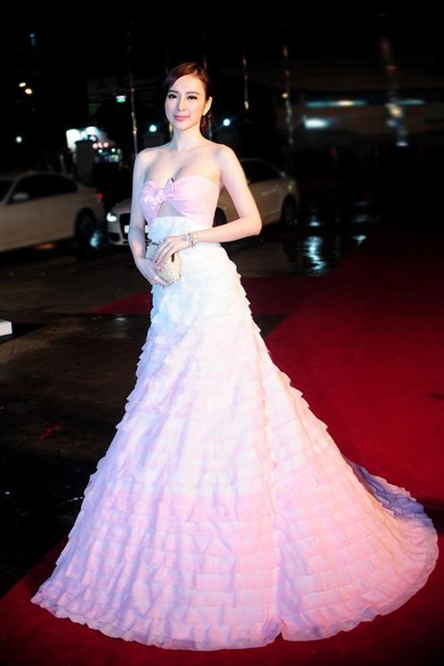 Làn da của nữ diễn viên thêm nổi bật trước ống kính khi cô diện đầm quây ngực gợi cảm màu trắng hồng.