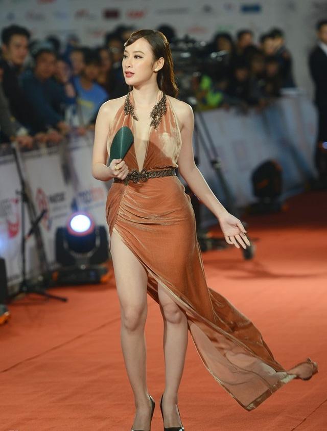 Mới đây nhất, nữ diễn viên phim Taxi, em tên gì làm nóng thảm đỏ lễ khai mạc Liên hoan phim Quốc tế Hà Nội lần thứ IV khi diện chiếc váy xẻ quên nội y táo bạo.