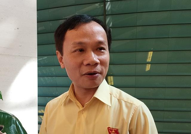Ông Phạm Tất Thắng trao đổi với báo chí bên hành lang Quốc hội