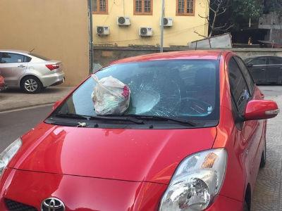 Nữ tài xế hoảng hốt khi túi rác từ trên chung cư bay xuống làm vỡ kính chắn gió xe Toyota Yaris