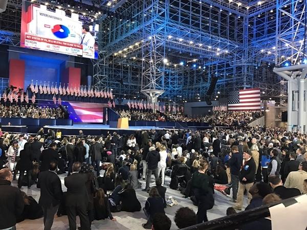 Người ủng hộ Clinton lũ lượt rời khỏi tiệc chúc mừng ở trung tâm Javits tại New York