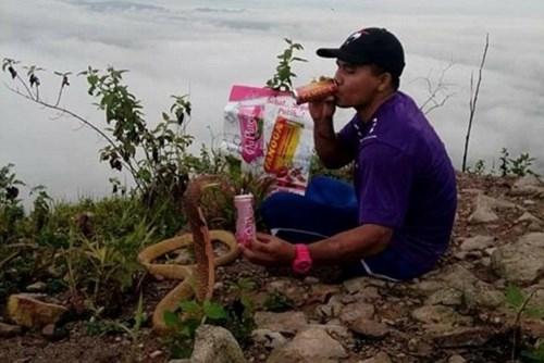 Chàng trai Thái sống hạnh phúc với vợ là... rắn hổ mang ảnh 5