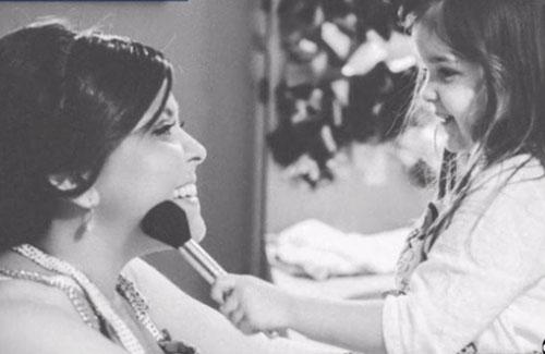Con gái 4 tuổi tái hiện ảnh cưới của người mẹ đã mất - 3