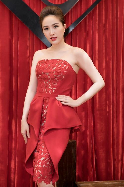 Ngọc Trinh diện váy nhung cổ điển