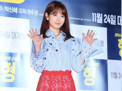 Park Shin Hye khoe đôi chân dài với váy ren xuyên thấu