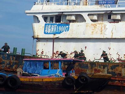 Bằng khen chữ Trung Quốc trên tàu lạ trôi dạt ở Bình Thuận