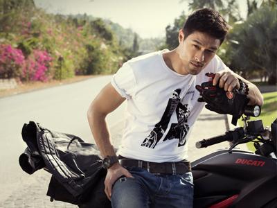 Hình Johnny Trí Nguyễn đóng Người Nhện bị bán cho web gay