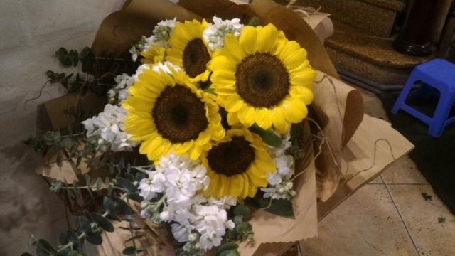 Thị trường hoa chúc mừng 20.11: Hoa hướng dương, hoa hồng lên ngôi - 4