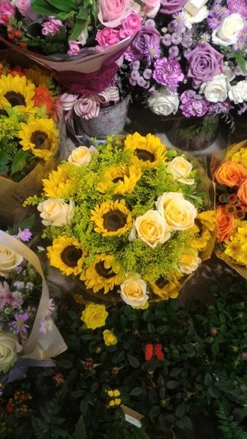 Thị trường hoa chúc mừng 20.11: Hoa hướng dương, hoa hồng lên ngôi - 5