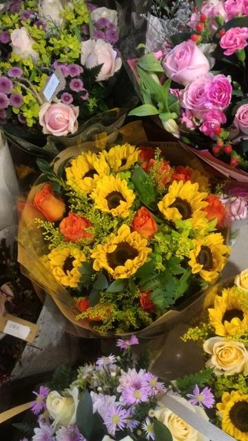Thị trường hoa chúc mừng 20.11: Hoa hướng dương, hoa hồng lên ngôi - 6