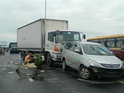 Cô gái trẻ tử vong sau tai nạn liên hoàn, quốc lộ 1A ách tắc hàng giờ