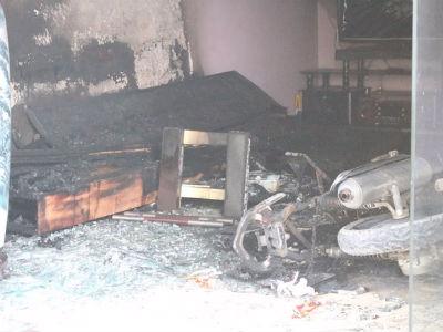 Người đàn ông la hét đập phá rồi cố thủ trong căn nhà đang bốc cháy ở Bình Dương