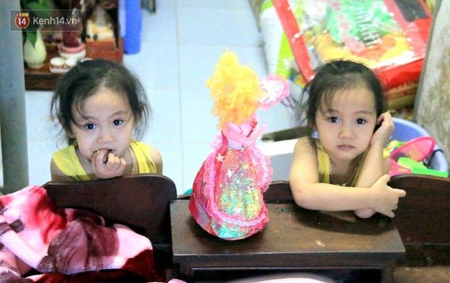 Vợ bỏ đi, người cha bệnh tật nhọc nhằn nuôi 2 bé gái sinh đôi xinh như thiên thần - Ảnh 1.