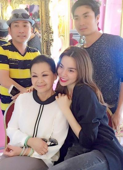 Hồ Ngọc Hà bên danh ca Khánh Ly, ca sĩ Quang Thành (trái) và chuyên gia trang điểm Nguyễn Hùng.