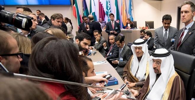 OPEC giảm sản lượng, giá dầu phá mốc 50 USD/thùng - 2