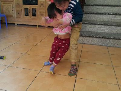 Đi chữa viêm phổi, bé gái 2 tuổi bất ngờ bị liệt hoàn toàn chân phải
