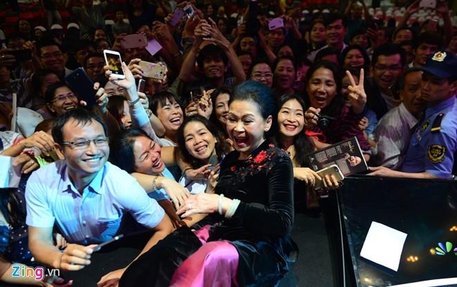 Live concert Khanh Ly o Sai Gon: Nhieu hang ghe bo trong! hinh anh 3