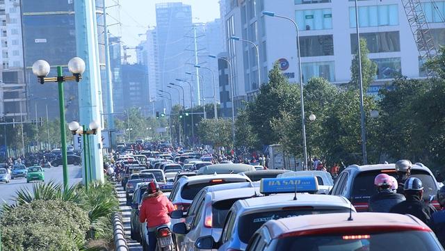 Theo Sở GTVT Hà Nội, xe buýt nhanh (BRT) tuyến Kim Mã - Yên Nghĩa sẽ chính thức đi vào hoạt động từ 15/12 với tần suất 5 phút/lượt xe. Tổng chiều dài toàn tuyến là 14km, dự kiến xe đi trong khoảng 40 - 45 phút. Tuy nhiên, theo ghi nhận của phóng viên Dân trí, lộ trình của xe buýt có nhiều đoạn thường xuyên trong tình trạng ùn ứ, nhất là vào giờ cao điểm. Trong ảnh là đường Tố Hữu, nằm trong lộ trình xe buýt nhanh, đang trong tình trạng ùn ứ phương tiện nghiêm trọng vào giờ cao điểm.