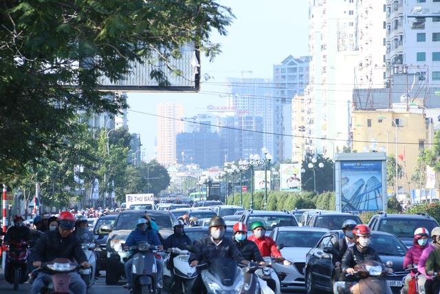 Giờ cao điểm buổi sáng tại nút giao thông Lê Văn Lương hướng di chuyển lên cầu vượt Láng Hạ. Các phương tiện giao thông luôn phải xếp hàng chờ đợi, thậm chí không thể di chuyển được do lượng phương tiện tham gia giao thông quá đông.