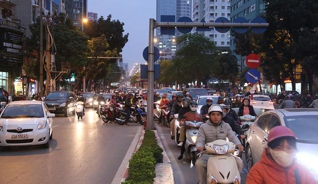 Để đảm bảo hoạt động của tuyến xe buýt nhanh, sở GTVT Hà Nội đưa ra một số giải pháp như có đèn tín hiệu giao thông ưu tiên khi qua nút giao; một số đoạn tuyến có đường ra vào sẽ ngăn lại cho xe buýt nhanh hoạt động; hạn chế ô tô và đặc biệt là taxi đi vào tuyến này. Tuy nhiên theo tình hình thực tế hiện nay, các biện pháp trên cũng không mang đến triển vọng giải quyết vấn đề đường đi cho tuyến xe buýt nhah. Trong ảnh là các phương tiện giao thông chen nhau lên cầu vượt Láng Hạ di chuyển sang đường Lê Văn Lương. Cách đó không xa là điểm đỗ dừng đón khách của tuyến bus nhanh.