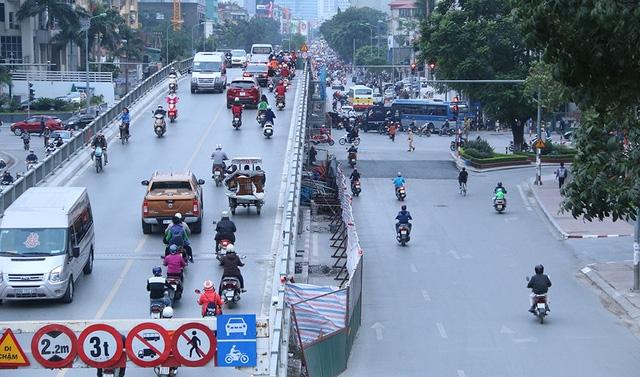 Phần đường trên mặt cầu và phía dưới được chắn tôn để phục vụ thi công nâng cấp. Việc này ảnh hưởng không nhỏ đến giao thông đi lại, một số phương tiện bị cấm nhất là tacxi.