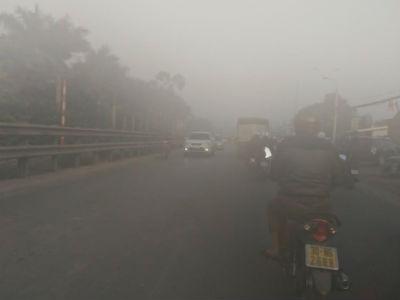 Hà Nội: Sương phủ mù mịt, phương tiện giao thông phải bật đèn buổi sáng