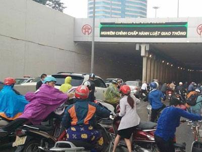 Va chạm liên hoàn tại đường hầm Kim Liên