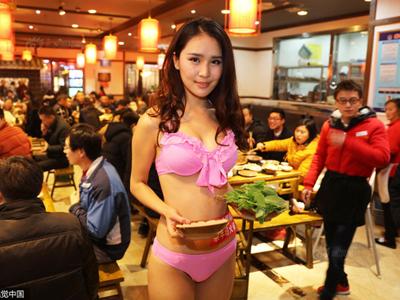 Nhà hàng lẩu gây chú ý khi dùng người mẫu mặc bikini tiếp đồ ăn cho khách giữa ngày đông giá rét