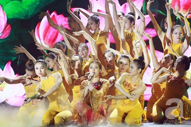 Hoàng Thùy Linh múa quạt điêu luyện, Bảo Anh nhảy máu lửa với váy xẻ... tứ tung - Ảnh 2.