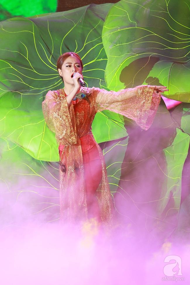 Hoàng Thùy Linh múa quạt điêu luyện, Bảo Anh nhảy máu lửa với váy xẻ... tứ tung - Ảnh 3.