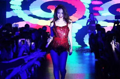Xiêu lòng trước vẻ nóng bỏng trên sân khấu của Hoàng Thùy Linh - 5