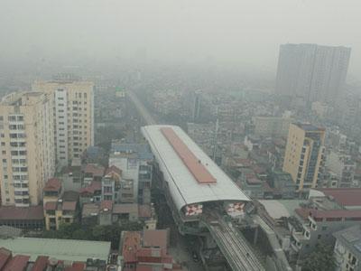 Ảnh: Giữa trưa, Hà Nội vẫn chìm trong sương mù