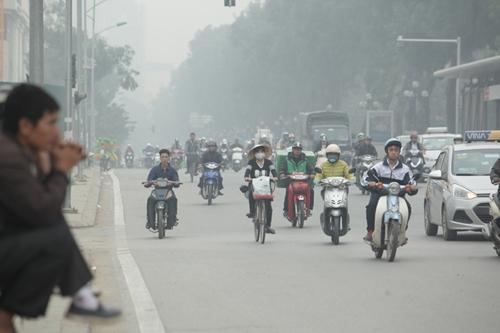 Ảnh: Giữa trưa, Hà Nội vẫn chìm trong sương mù - 4