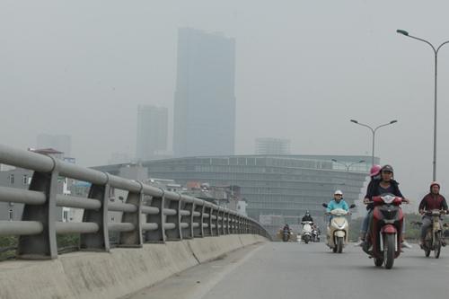 Ảnh: Giữa trưa, Hà Nội vẫn chìm trong sương mù - 11