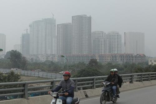 Ảnh: Giữa trưa, Hà Nội vẫn chìm trong sương mù - 12