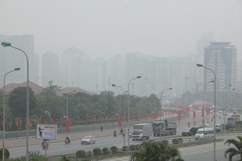 Ảnh: Giữa trưa, Hà Nội vẫn chìm trong sương mù - 13