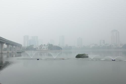 Ảnh: Giữa trưa, Hà Nội vẫn chìm trong sương mù - 15