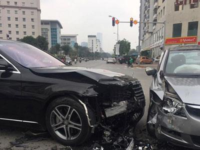 Lái xe Mercedes S400 gây tai nạn liên hoàn khi qua ngã tư