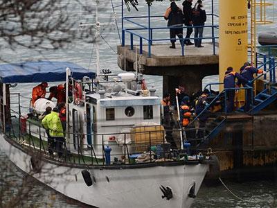 Đội cứu nạn hối hả tìm kiếm thi thể nạn nhân máy bay Nga rơi