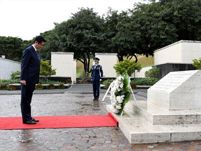 Thủ tướng Nhật thăm đài tưởng niệm Hawaii trước khi tới Trân Châu Cảng