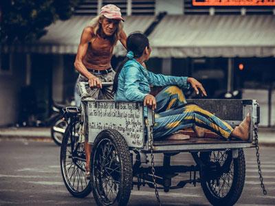 Cụ ông lái xe ba gác ở Sài Gòn: Lãng tử, phong trần và rất ngầu