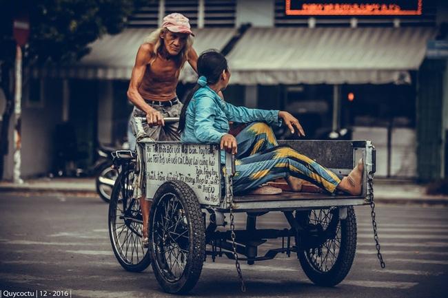 Cụ ông lái xe ba gác ở Sài Gòn: Lãng tử, phong trần và rất ngầu - Ảnh 1.