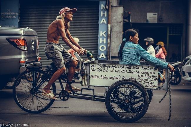 Cụ ông lái xe ba gác ở Sài Gòn: Lãng tử, phong trần và rất ngầu - Ảnh 2.