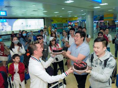 Mr. Đàm tổ chức sinh nhật cho Dương Triệu Vũ ở sân bay