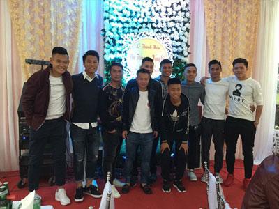 Tuyển thủ Việt mừng đám cưới tiền vệ Thắng