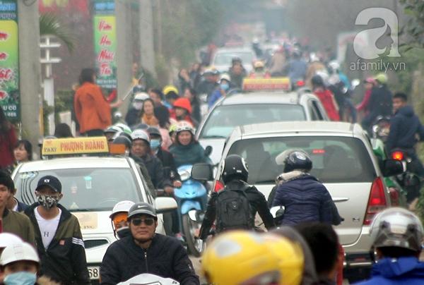 Hà Nội: Bất chấp trời lạnh và mưa, hàng nghìn người đổ về làng hoa Nhật Tân chụp ảnh - Ảnh 1.