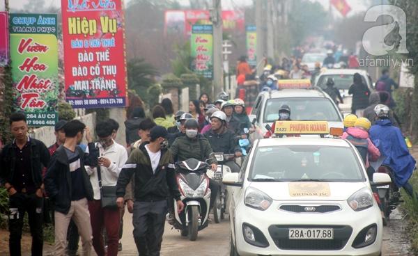 Hà Nội: Bất chấp trời lạnh và mưa, hàng nghìn người đổ về làng hoa Nhật Tân chụp ảnh - Ảnh 2.