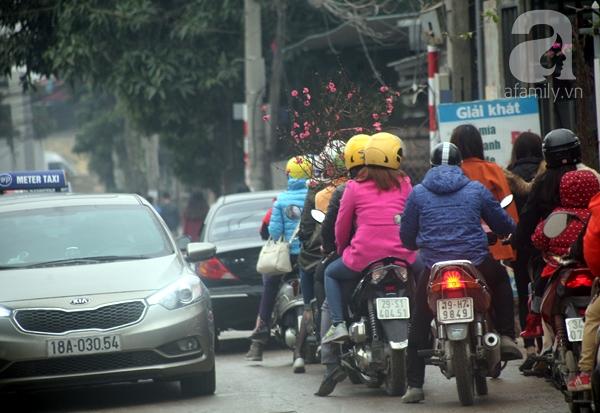 Hà Nội: Bất chấp trời lạnh và mưa, hàng nghìn người đổ về làng hoa Nhật Tân chụp ảnh - Ảnh 3.